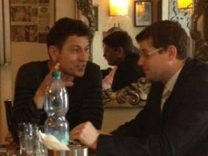 Григорий Пасько (слева) рассказывает судье г.Брно о российских тюрьмах