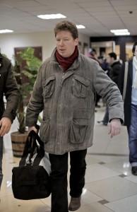 Алексей Козлов идет с сумкой на свой приговор. 15 марта 2012 г. Через час его арестуют в зале суда