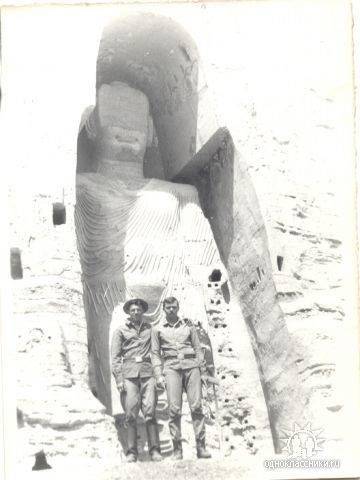 Андрей Шалаев (справа) на фоне знаменитой статуи Будды в Бамианской долине Афганистана (статуя была уничтожена талибами в 2001 году)