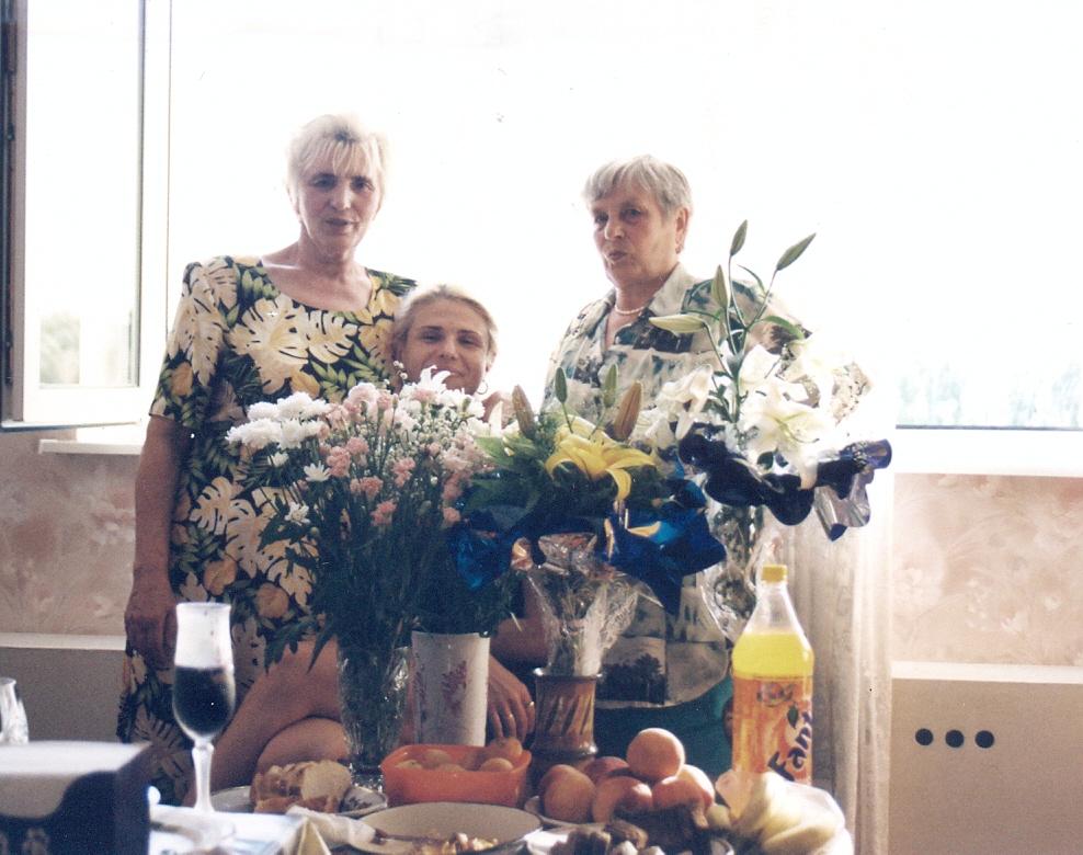 Анастасия (слева) и Мария (справа) на дне рождения Лены (в центре), 2003 год