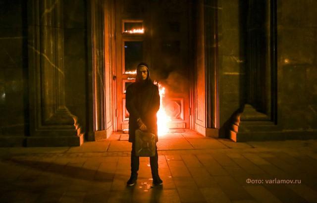 Петр Павленский поджог дверь здания ФСБ на Лубянке