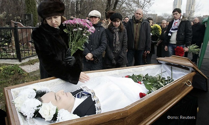 Nataliya Magnitskaya (L), mother of Sergei Magnitsky, grieves over her son 's body during his funeral at a cemetery in Moscow in this November 20, 2009 file photo.  On April 12, 2013 the Obama administration will send Congress  a list of 18 alleged abusers of human rights in Russia, in a move that could cause more friction in the U.S. relationship with Moscow. The list includes 16 people directly related to the case of Russian whistleblower Magnitsky, who died in his jail cell in 2009, amidst suspicions that he was beaten to death. REUTERS/Mikhail Voskresensky/Files  (RUSSIA - Tags: CRIME LAW POLITICS)